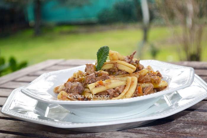 """Pasta """"caserecce"""" con ragú de carne reciclada"""