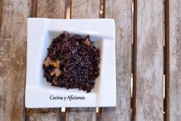 Arroz negro venere con nueces, receta paso a paso