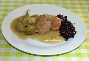 Albóndigas con alcachofas y arroz venere, receta paso a paso.