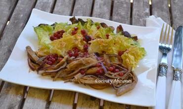 Ensalada de pollo con aliño de grosellas, receta paso a paso.