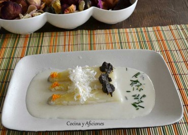 Espárragos blancos con crema de parmesano, receta paso a paso.