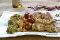 Brochetas de solomillo de cerdo marinadas con curry inglés, yogur y  aove aromatizado picante, receta paso a paso.