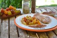 Solomillo de cerdo con compota de ciruelas y salteado de tomatitos y corazón de puerro, receta paso a paso.
