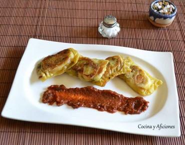 Raviolis de queso con salsa de tomate y ajo, receta paso a paso.
