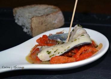 Sardinas marinadas sobre ajada de pimientos, receta paso a paso.