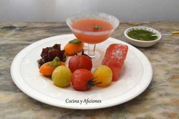 Ensalada de tomates en diferentes elaboraciones y  salsa verde italiana, receta paso a paso.