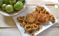 Calamares al estilo cajún con tomates verdes fritos, receta paso a paso.