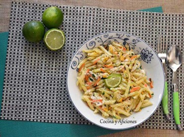 Ensalada de pasta y pollo con toques cítricos, receta deliciosa paso a paso.