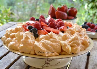 Tarta Pavlova con frutas rojas y toque de aove, receta paso a paso.