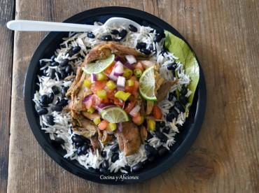 Pollo al estilo jamaicano en adobo jerk, arroz con frijoles y una versión de la ensalada criolla, receta paso a paso.