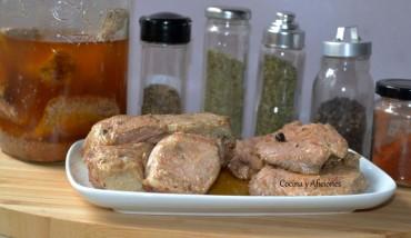 Lomo y costillas de cerdo en adobo casero y conservadas en aceite, receta paso a paso.