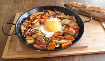 Huevo de oca en paella con verduras asadas, receta paso a paso