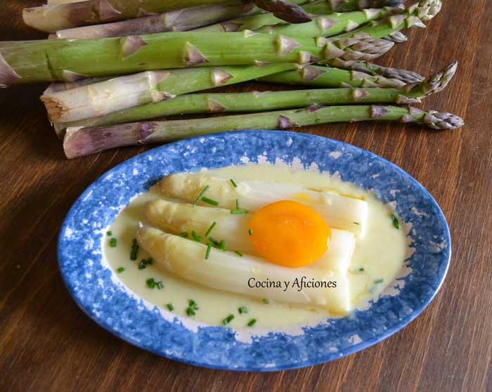 Esparragos-en-su-salsa-con-yema-de-huevo-curada