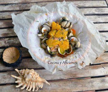 Papillote de salmón con berberechos y naranja, receta paso a paso.