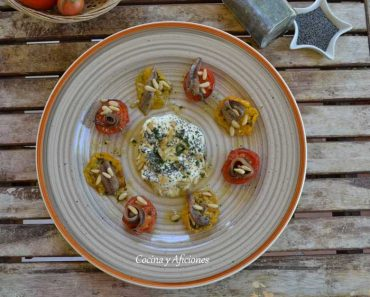 Queso burrata con semillas de amapolas, tomate y anchoas, recetas paso a paso.