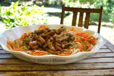 Tiras de cerdo con fideos y verduras al estilo vietnamita, receta paso a paso.