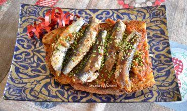 Tostas de sardinitas sobre salsa Antibes, receta paso a paso.