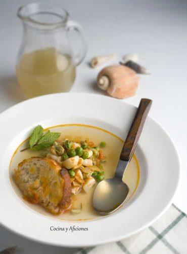 Sopa de pescado con calamares, habas y guisantes, receta paso a paso.