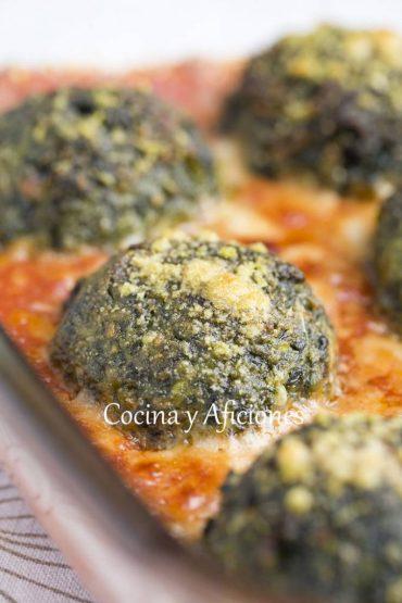 Albóndigas de espinacas y queso con salsa de tomate al estilo italiano, paso a paso.