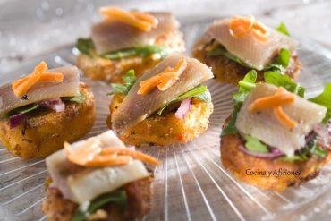 Aperitivo de torrijas de tomate, ultima versión, con sardinas ahumadas, receta paso a paso.