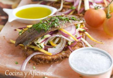 Otra versión de las torrijas de tomate, esta vez con sardinas marinadas, receta paso a paso.