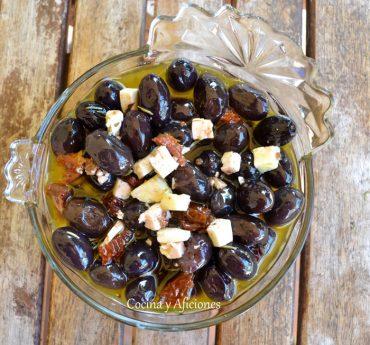 Aceitunas empeltre de Aragón con queso feta, receta paso a paso.