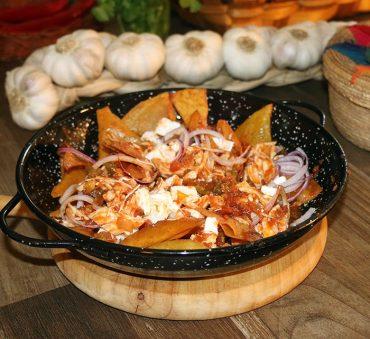 Chilaquiles rojos, receta mexicana con vídeo de Mercado Flotante, paso a paso.