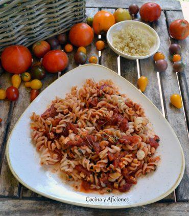 """Fusilis de harina de arroz con salsa de """"tomates"""", receta paso a paso."""