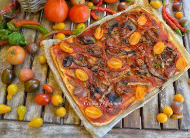 Pizza vegana de tomates y ajo negro, receta paso a paso.