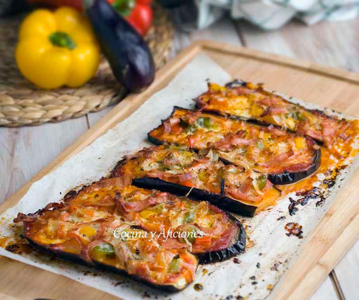 Pizza con la base de berenjena en lugar de masa, con tomate, verduras y bacon