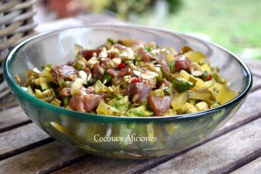 Poke de atún, receta de un plato hawaiano paso a paso.