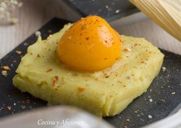 Técnica de cocina: yema de huevo (congelada) con puré de patata al curry ingles, una receta de fiesta.