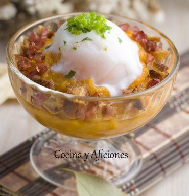 Huevo a baja temperatura con puré de batata y migas una receta de fiesta paso a paso.
