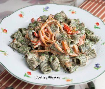Macarrones de trigo y espirulinacon espaguetis de zanahoria a la crema, receta vegana paso a paso.