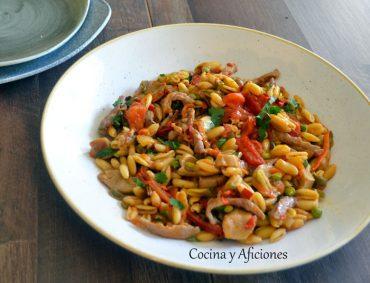 Pasta con verduras cocinada en su salsa, receta con vídeo.