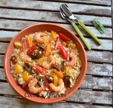 Risotto de tomates cereza, gambas y hierbas frescas, una rica receta paso a paso.