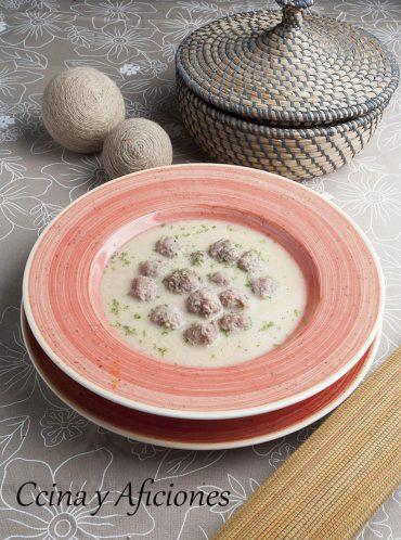 Albondigas (youvarlakia) con avgolemono, una receta griega deliciosa.