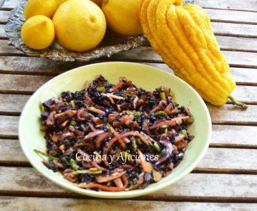 Ensalada de arroz negro venere con sus verduras, una receta vegana para navidad.