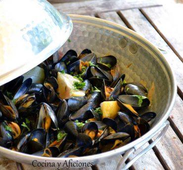 Mejillones de roca a la marinera, cocinados en cataplana portuguesa, receta paso a paso.