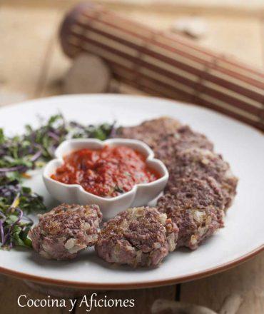 Filetes rusos ligeros con salsa de tomate picante, sencillos y deliciosos.