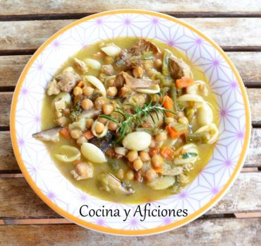 Sopa contundente, con pasta, verduras, setas y garbanzos, ideal para dominar el invierno.