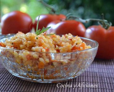 Arroz con pimientos, zanahoria y romero, receta súper sencilla y vegana.