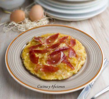 """Tortilla de patata """"unilateral"""" con rico jamón ibérico, receta de lujo."""