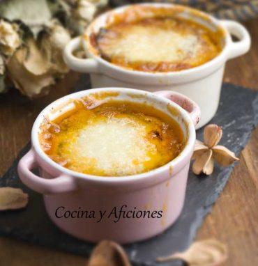 Berenjena, tomate y queso en mini cocottes, una receta deliciosa.
