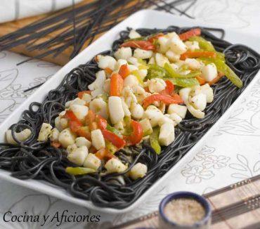 Espaguetis negros con sepia y pimientos