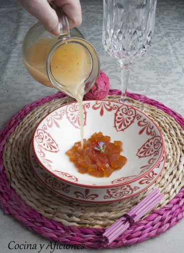 Agua de tomate con gelatina de vermú, receta deliciosa.
