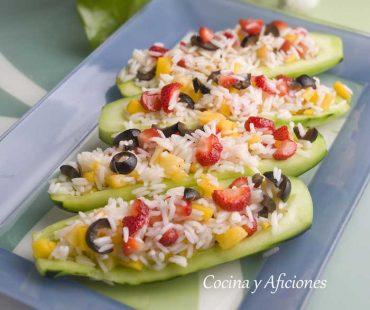 Ensalada de arroz y frutas en barquillas de pepino, una receta muy fresca y agradable