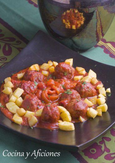 Albóndigas con tomate a las finas hierbas y pimientos, receta rica y fácil.