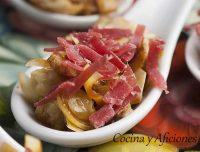 Cucharita de carpaccio de alcachofas con virutas de cecina, un aperitivo delicioso.