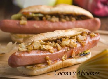 "Perrito caliente ""hot dog"" a la manera tradicional."